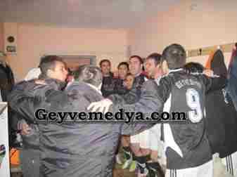 Geyvesporlu futbolcular karşılaşma sonunda galibiyeti birbirlerine sarılarak kutladılar.