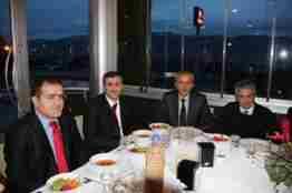 Kaymakam idris Akbıyıktan Eyvah Türkçe tiyatro oyununda oynayan öğretmenlere yemek