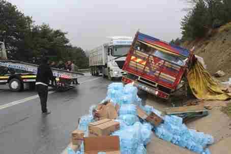 Soğuk'suda Su Yüklü Kamyon Şarampole Devrildi