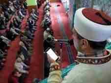 geyveli-imam-adem-al-cep-telefonuyla-hutbe-2