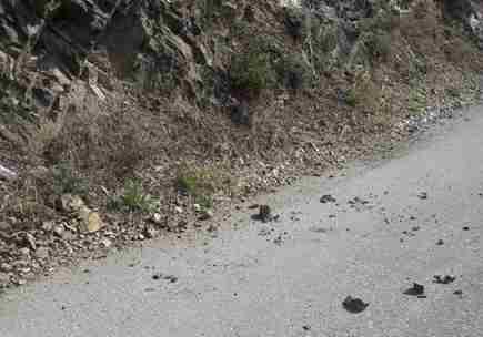 Yola Düşen Kaya Parçaları Tehlike Yaratıyor